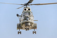 特技直升机驾驶在城市的天空的训练 美洲狮elicopter,海军钻子 Aeroshow 库存图片