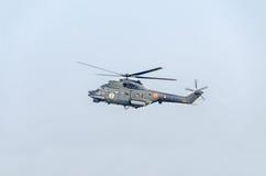 特技直升机驾驶在城市的天空的训练 美洲狮elicopter,海军钻子 Aeroshow 图库摄影