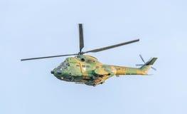 特技elicopter驾驶在城市的天空的训练 美洲狮elicopter,海军,军队钻子 库存图片