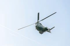 特技elicopter驾驶在城市的天空的训练 美洲狮elicopter,海军,军队钻子 图库摄影