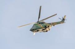 特技elicopter驾驶在城市的天空的训练 美洲狮elicopter,海军,军队钻子 免版税图库摄影