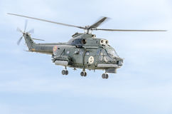 特技elicopter驾驶在城市的天空的训练 美洲狮elicopter,海军钻子 Aeroshow 库存照片