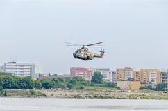 特技elicopter驾驶在城市的天空的训练 美洲狮elicopter,海军钻子 Aeroshow 库存图片