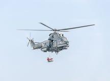 特技elicopter驾驶在城市的天空的训练 美洲狮elicopter,海军钻子 Aeroshow 免版税库存图片