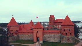 特拉凯,立陶宛,在特拉凯海岛城堡,秋天湖上的鸟瞰图 股票视频