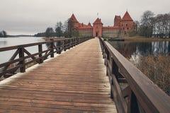 特拉凯,立陶宛- 2017年11月7日:与一个木桥的特拉凯城堡在湖 库存照片