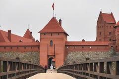 特拉凯,立陶宛- 2017年11月7日:与一个木桥的特拉凯城堡在湖 免版税库存图片