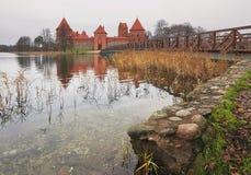 特拉凯,立陶宛- 2017年11月7日:与一个木桥的特拉凯城堡在湖 免版税库存照片