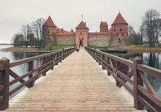 特拉凯,立陶宛- 2017年11月7日:与一个木桥的特拉凯城堡在湖 库存图片