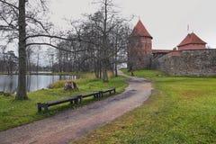 特拉凯,立陶宛- 2017年11月7日:与一个木桥的特拉凯城堡在湖 图库摄影