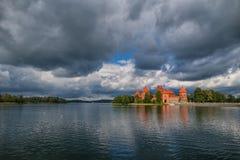 特拉凯-立陶宛, 2016年9月16日:特拉凯城堡和多云蓝天与反射在水 免版税库存图片