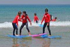 特拉唯夫,以色列- 04/05/2017 :在海浪的支持 在冲浪的训练的儿童队 免版税库存图片