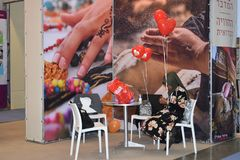 特拉唯夫,春天2018年,以色列-有猩红色球的女孩在陈列 库存照片