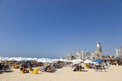 在海滩的夏天在特拉唯夫以色列 免版税库存照片