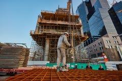特拉唯夫- 2016年12月9日, :建造场所骗局的一名工作者 库存图片
