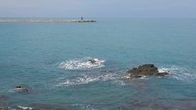 特拉尼-在码头的岩石的波浪 影视素材