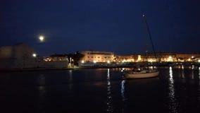 特拉尼-进入口岸的小船在日落以后 影视素材