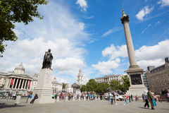 特拉法加广场一个晴天、人和游人在伦敦 免版税库存图片