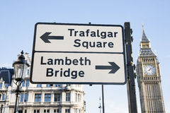 特拉法加广场和兰贝斯Birdge路牌,伦敦 免版税图库摄影