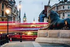 特拉法加广场街道视图往大本钟的在晚上在Lond 库存照片