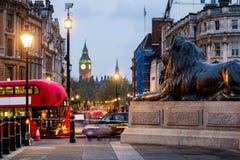 特拉法加广场街道视图往大本钟的在晚上在Lond 免版税库存图片