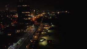 特拉维夫市和海滩的豪华旅馆夜鸟瞰图有现代地平线的在特拉维夫口岸附近在以色列 股票录像