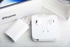 特拉维夫,以色列- 2017年11月23日:有充电器和耳机的Iphone x巧妙的电话 最新苹果计算机Iphone 10手机 免版税库存照片
