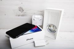 特拉维夫,以色列- 2017年11月23日:有导线和耳机的Iphone x巧妙的电话 最新苹果计算机Iphone 10手机 免版税库存照片
