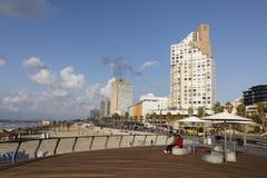 特拉维夫,以色列- 2016年12月26日:现代海滩散步 免版税库存照片