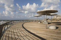 特拉维夫,以色列- 2016年12月26日:现代海滩散步 免版税图库摄影