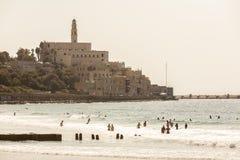 特拉维夫,以色列- 2011年9月9日:贾法角散步的看法 人们在海滩放松在特拉维夫,以色列 库存照片