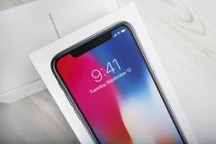 特拉维夫,以色列- 2017年11月23日:Iphone x巧妙的电话 最新苹果计算机Iphone 10手机 说明社论 免版税库存照片
