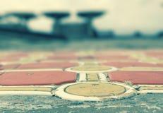 特拉维夫,以色列-街道艺术-桔子&金圈子和桌 库存照片