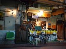 特拉维夫咖啡馆在晚上 免版税库存图片