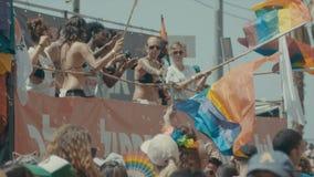 特拉维夫,以色列, 2017年6月9日 跳舞,前进和挥动在每年骄傲游行的人们rianbow旗子 股票视频