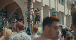 特拉维夫,以色列, 2017年6月9日 跳舞,前进和挥动在每年骄傲游行的人们rianbow旗子 股票录像