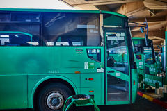 特拉维夫- 20 04 2017年:中央公共汽车stati的被怂恿的公共汽车公园 库存照片