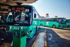 特拉维夫- 20 04 2017年:中央公共汽车stati的被怂恿的公共汽车公园 免版税库存图片