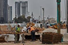 特拉维夫- 10 06 2017年:特拉维夫裁减fitt的建筑工人 免版税图库摄影