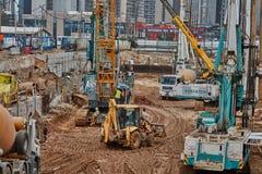 特拉维夫- 10 06 2017年:建造场所机械和工作者我 库存照片