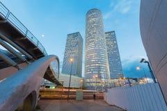 特拉维夫- Azrieli中心摩天大楼在晚上光的由有测量的187 m穆尔Yaski Sivan建筑师614 ft他 免版税库存照片