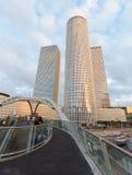 特拉维夫- Azrieli中心摩天大楼在晚上光的由有测量的187 m (614 ft)穆尔Yaski Sivan建筑师在高度 免版税图库摄影