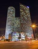 特拉维夫- Azrieli中心摩天大楼在穆尔Yaski Sivan建筑师的晚上有测量的187 m (614 ft)在高度 免版税库存图片