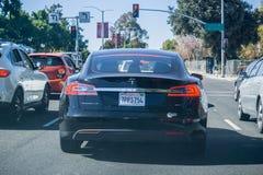 特斯拉在旧金山湾区塑造S 85D被停止在一个红绿灯 库存照片