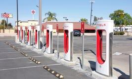 特斯拉增压器驻地在Kettleman市,加州 免版税库存图片