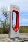 特斯拉增压器驻地在帕伊米奥,芬兰 免版税库存照片