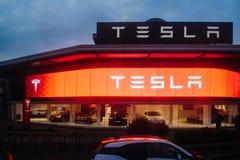 特斯拉开汽车有汽车里面和有启发性商标麸皮的陈列室 库存照片