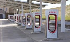 特斯拉汽车的超负荷的驻地在Kettleman市,加州 免版税库存照片