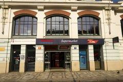 特易购在超级市场大厦的公司商标2017年3月3日在布拉格,捷克共和国 免版税库存图片
