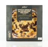 特易购最美好的葡萄酒切达乳酪和被变成焦糖的红洋葱乳蛋饼 免版税库存照片